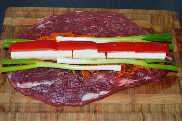 Flanksteaksen fyldes med pesto, forårsløg, feta og rød peber