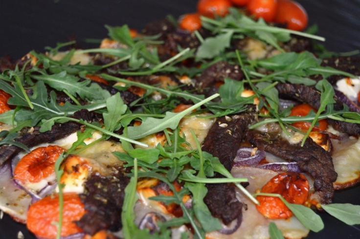 Pizza med flanksteak og kartofler i bunden